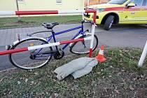 Střet osobního automobilu s cyklistou v ulici Akademika Bedrny v Hradci Králové.