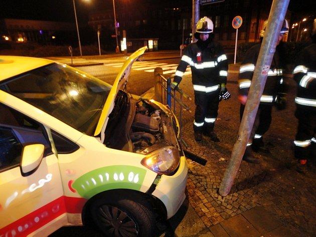 Havárie osobního automobilu na hradeckém Eliščině nábřeží.