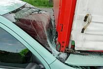 Dopravní nehoda osobního a nákladního automobilu v Plotištích nad Labem.