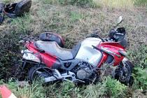 Dopravní nehoda nákladního vozidla a motocyklu v obci Michnovka.