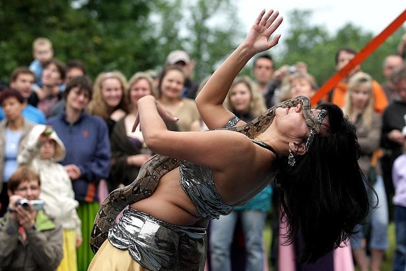 V Hradci Králové v sobotu 28. června pokračoval program XV. ročníku mezinárodní přehlídky Divadlo evropských regionů. Břišní tanečnice se představily na Kavčím plácku.