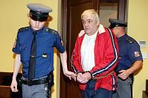 Z pohlavního  zneužívání své nezletilé vnučky (nar. 2001) obžaloval u krajského soudu státní zástupce Milan Šimek 57-letého Milana Dusíka z Krasíkova na Orlickoústecku. Podle něho k trestnému činu docházelo opakovaně v jeho bytě od počátku léta 2006.
