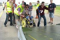 Lidé na vozíčku se do letounu dostávali poměrně pohodlně pomocí sklopné rampy.