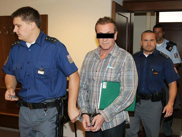 Případ nájemné vraždy projednávaný u Krajského soudu v Hradci Králové. Dvaapadesátiletý muž z Pardubic se chtěl údajně zbavit přítelkyně a jejího syna.