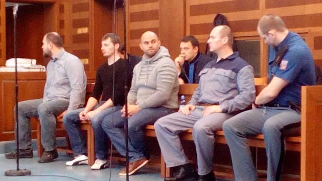 Čtveřice obžalovaných Štefan Dirgas, Jan Tomáš, Kristián Olejnik a Lukáš Svoboda u Krajského soudu v Hradci Králové.