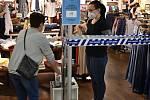 Někteří prodejci pouští zákazníky do obchodu pouze po důkladné dezinfekci rukou.