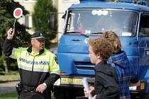 Strážník městské policie na jednom z královéhradeckých přechodů. Ilustrační fotografie.