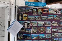V prvním patře Šrámkova statku jsou k vidění pohlednice téměř ze všech koutů světa.