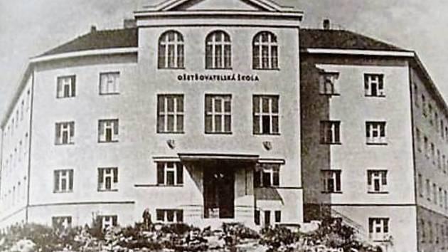 Ošetřovatelská škola. Ještě před zřízením zdravotnické školy, platil požadavek, že všechny žákyně musely bydlet ve školním internátu.