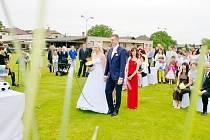 Svatba Nikoly Legerské a Dominika Mitany na fotbalovém hřišti v Urbanicích.