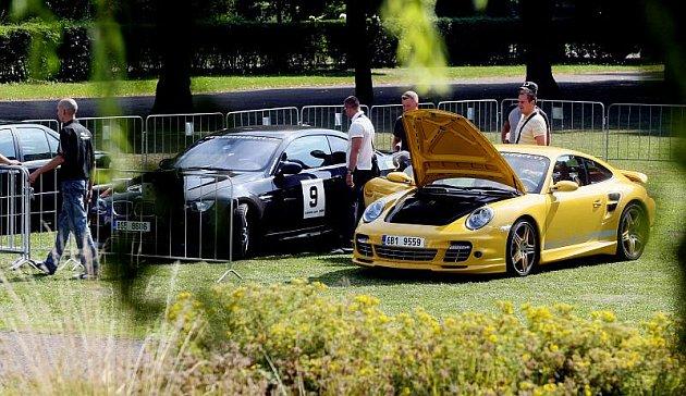 Luxusní vozy při tajném závodu o diamanty.