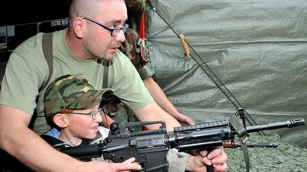 Více než čtyři tisíce lidí si v sobotu našlo cestu do areálu Východočeského klubu přátel vojenské techniky v Ruseku, který přichystal osmý dětský den.