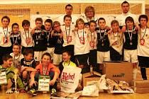 Do finále druhého ročníku halového žákovského turnaje Veolia Cup ve fotbale se dostaly dva ze tří nasazených celků FC Hradec Králové. Oba nejlepší kolektivy zachycuje snímek.