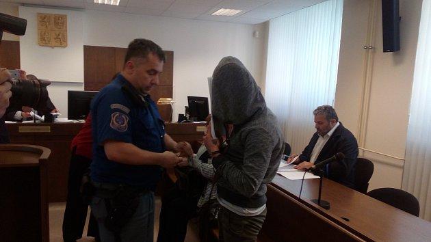Mladý Kubánec u soudu odmítl obžalobu ze znásilnění. Dívku prý k sexu nenutil. Jak přišla k podlitinám a zraněním a proč utekl s jejím mobilním telefonem, však vysvětlit nedokázal.