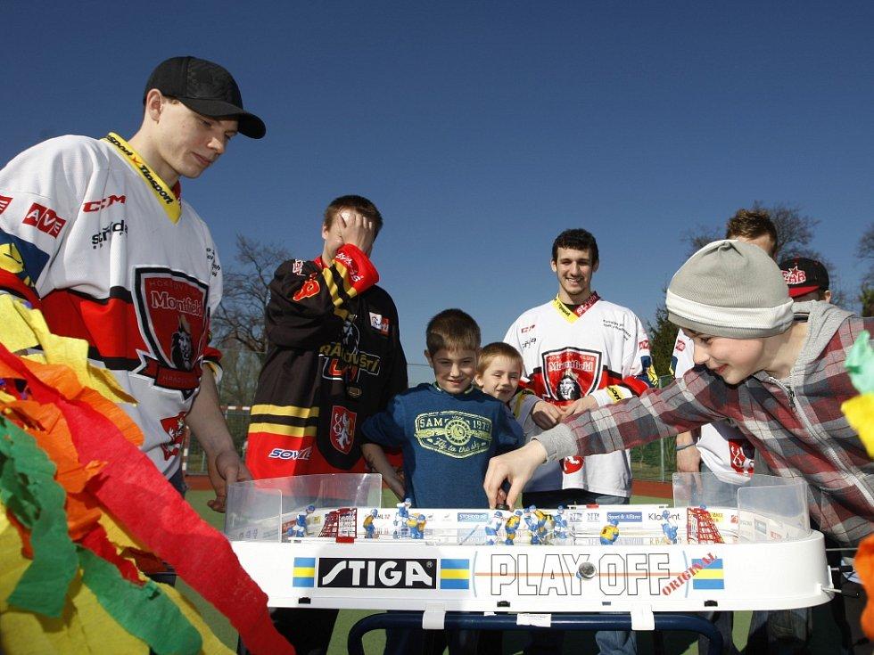 Extraligoví hokejisté Zdeněk Čáp, Michal Švihálek a Tomáš Rousek na návštěvě finále turnaje ve stolním hokeji v ZŠ Úprkova v hradeckých Malšovicích.