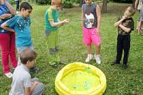 Odpoledne plné her na zahradě domova mládeže při VOŠZ a SZŠ v Hradci Králové.
