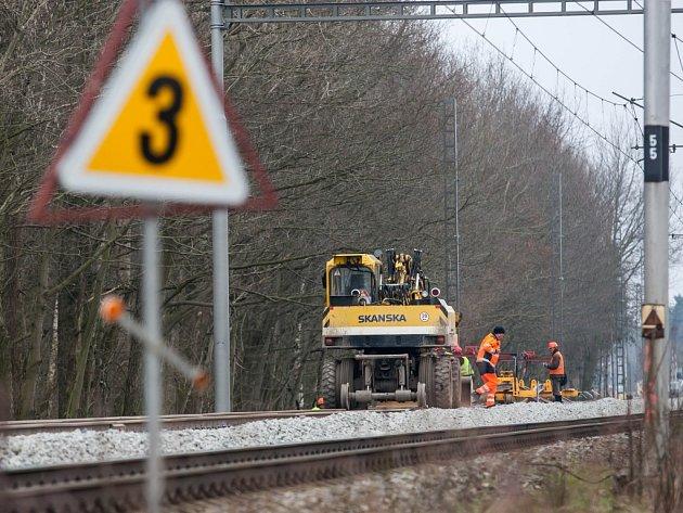 Práce na zdvoukolejnění železniční trati Hradec Králové - Pardubice.