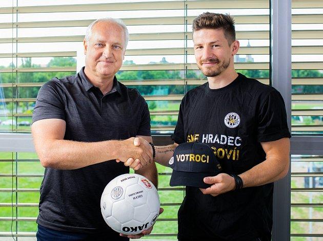 ČLEN VEDENÍ FC Hradec Králové Milan Přibyl sbývalým hráčem klubu Václavem Pilařem.