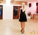 Johanaq Chvátilová při zpěvu.
