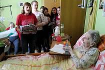 Hradecká děvčata na vánoční besídce v Domově důchodců Chlumec nad Cidlinou.
