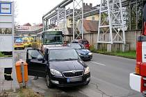 Střet osobního automobilu s mladou chodkyní v královéhradecké ulici Za Škodovkou.