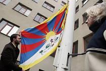 Padesáté výročí krvavého potlačení povstání proti čínské okupaci, při kterém zemřelo nejméně 80 tisíc Tibeťanů, si včera vyvěšením vlajky Tibetu připomněly tisíce institucí v celém světe.Symbol utlačované země se objevil také v sídle krajského úřadu. V ok
