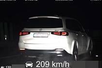 Muž se řítil po dálnici více než 200kilometrovou rychlostí.