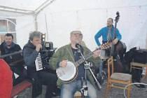 Hradečnicí zněly písně kapely Nadoraz