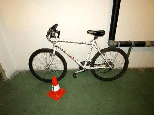 Jízdní kolo sraženého mladého cyklisty.