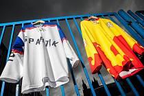 Představení retro dresů ze sezon 1972/73 a 1993/94 pro extraligové hokejisty Mountfieldu HK.