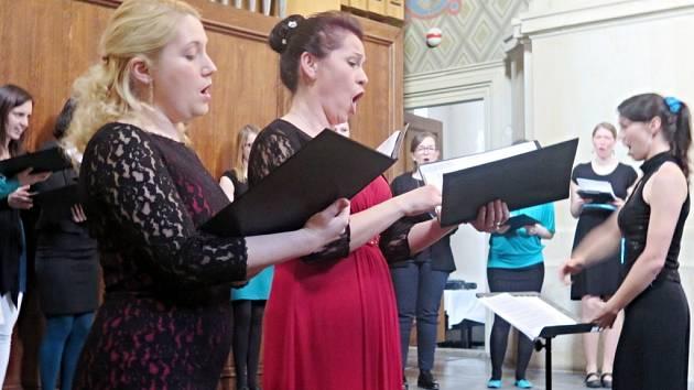 Koncert Stabat Mater dolorosa v Městské hudební síni v Hradci Králové.