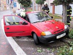 Havárie osobního automobilu na křižovatce ulic Buzulucká a Pouchovská v Hradci Králové.