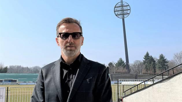 POD LÍZÁTKY. Karel Poborský dorazil do Hradce Králové, kde posvětil vznik Regionální fotbalové akademie.