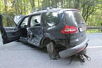 Po čelním střetu dvou aut skončila řidička v nemocnici