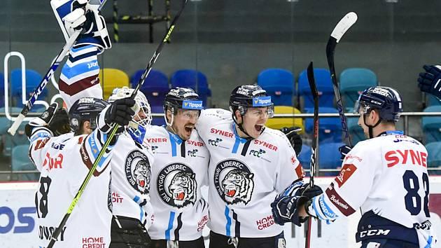 Hráči Liberce slaví vyhrané utkání a postup do semifinále.