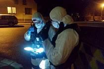 Policisté v ochranných prvcích při zásahu u hradecké hospody U Jelena.