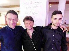 Skupina Voči před sloupem slávy - zleva Roman Balada, Zdeněk Zackl a Matěj Balada.