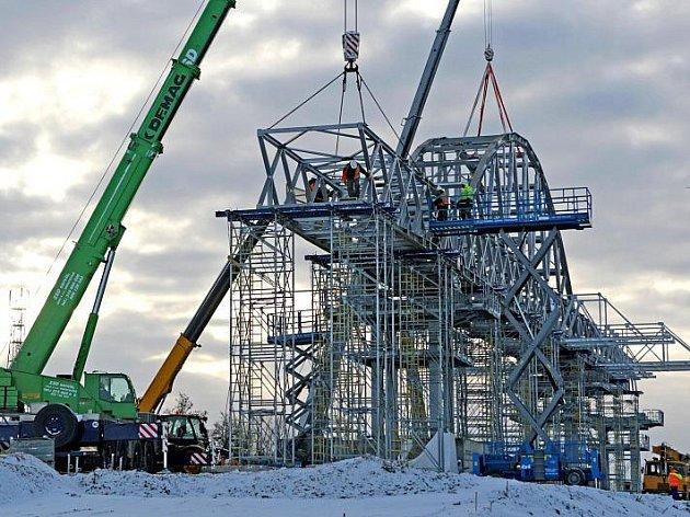 Stavba čtyřpruhé přeložky státovky kolem Opatovic pokračuje i v prosincových mrazech.