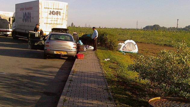 "Rumunští romové ""kempovali"" také u hradecké benzinky."