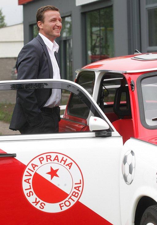 """Vladimír Šmicer a """"sešívaný"""" trabant v Hradci Králové."""
