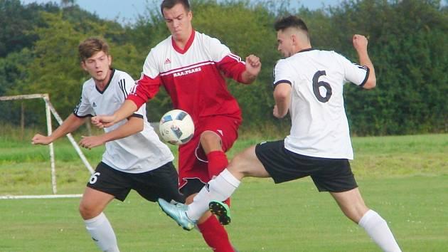 Souboj Probluz (v bílém) vs. Dohalice (v červeném) bude k vidění i v nadcházející sezoně fotbalového okresního přeboru.