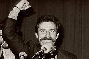 Vůdce stávkujících Lech Wałęsa po podepsání porozumění s vládnoucími komunisty, kteří souhlasili se vznikem nezávislého odborového hnutí Solidarita.