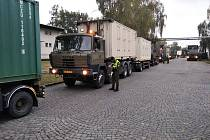 Z hradecké Mýtské ulice vyráží konvoj armádní polní nemocnice