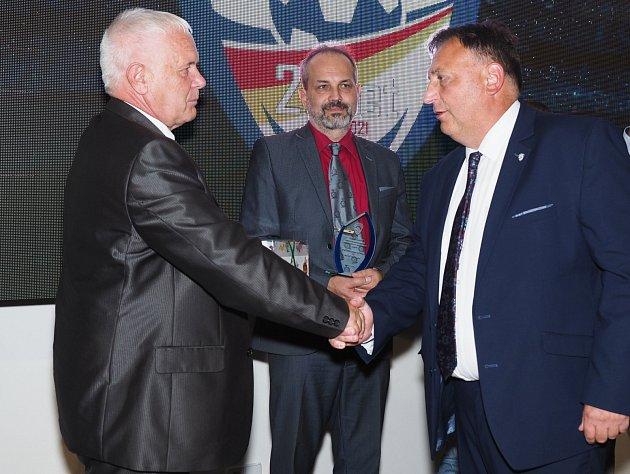 SETKÁNÍ. Současný předseda KFS Václav Andrejs (vpravo) a jeden ze zakladatelů fotbalového hnutí vregionu Vladimír Blažej.