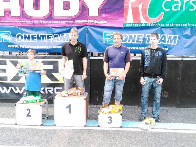 Členové třebechovického kroužku RC Auta na závodech Rebels Race v Náchodě.