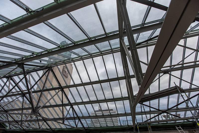 Oprava střechy historické budovy vlakového nádraží v Hradci Králové.