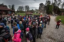 Adršpach opět zažívá nájezdy zejména polských turistů stovky aut míří do skalního města. Dopravu musí řídit jak Policie tak dobrovolní hasiči.