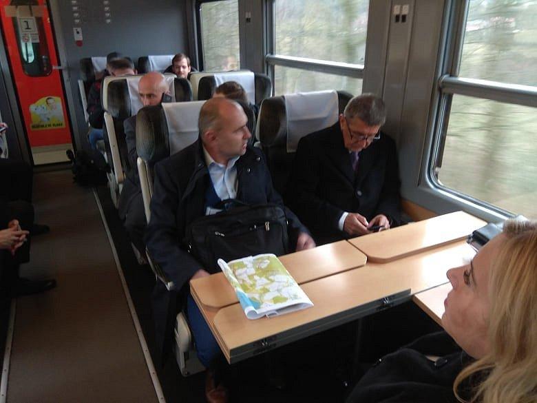 Premiér Andrej Babiš ve vlaku.