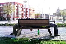 Bezdomovecká celodenní siesta před hlavním vlakovým nádražím v Hradci Králové.