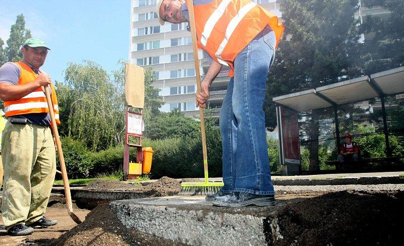 Opravy části Veverkovy ulice, kde firma M–Silnice opravuje povrchy vozovky, dvou zálivů v zastávkách městské hromadné dopravy a výškově vyrovnává blízkou křižovatku.